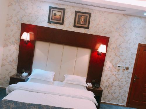 Cama ou camas em um quarto em Elaf Suites Al Hamra