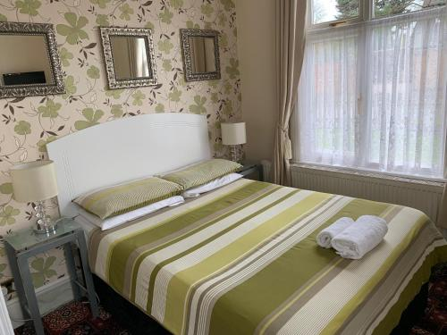A bed or beds in a room at Lyndricks House
