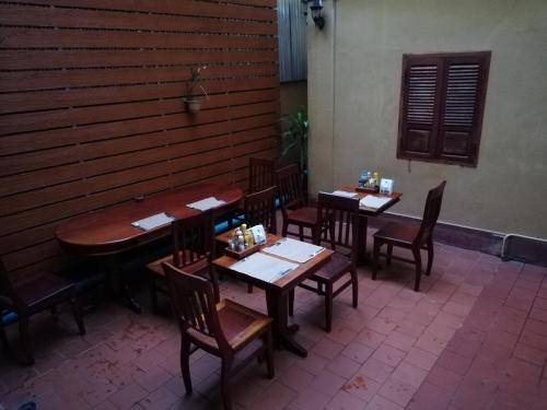 A restaurant or other place to eat at Thanaboun Guesthouse