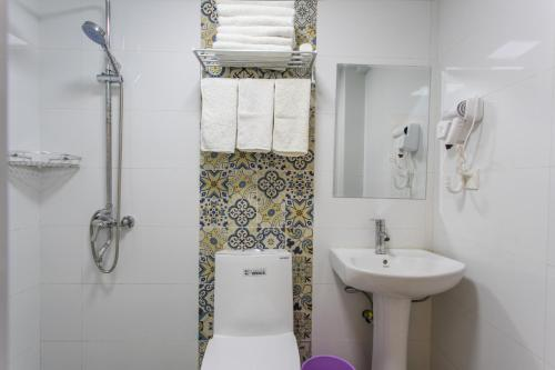 A bathroom at Suzhou Blue Gate Youth Hostel