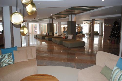 El vestíbulo o zona de recepción de Gara Suites Golf & Spa