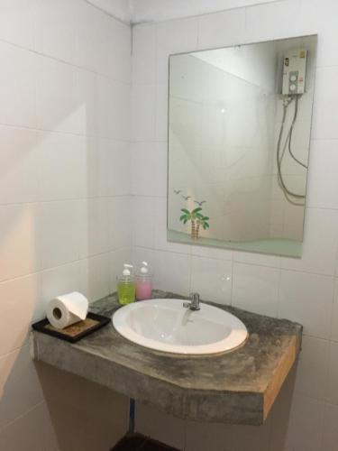 A bathroom at Benjamin's Hut