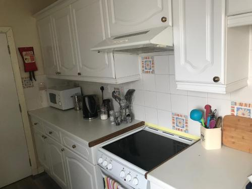 A kitchen or kitchenette at The Mission Bunkhouse