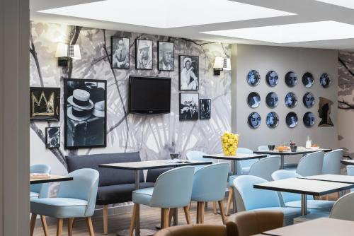 The lounge or bar area at Ibis Styles Nice Centre Port