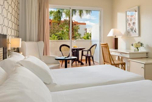 Een bed of bedden in een kamer bij H10 Salauris Palace