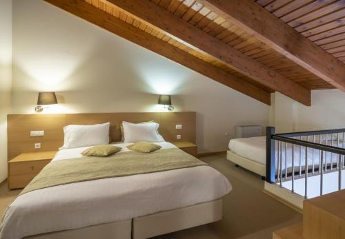 Кровать или кровати в номере Domotel Anemolia Mountain Resort