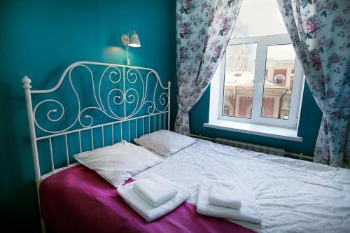 Кровать или кровати в номере Друзья на Восстания