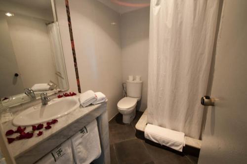 A bathroom at Hotel De La Paix