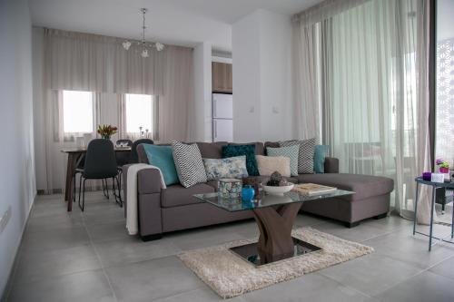 """Coin salon dans l'établissement ''Kalliroe""""Penthouse Suite Larnaka"""