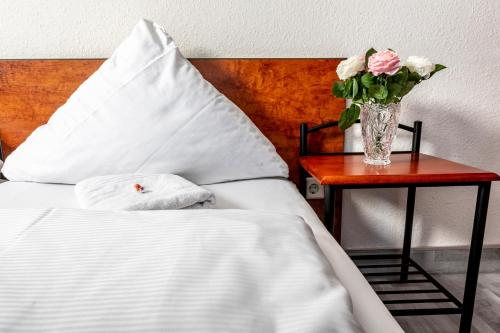 A bed or beds in a room at Hotel Stern