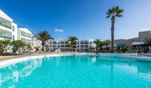 Het zwembad bij of vlak bij Blue Sea Apartamentos Costa Teguise Beach