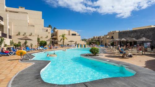 Het zwembad bij of vlak bij Blue Sea Apartamentos Costa Teguise Gardens