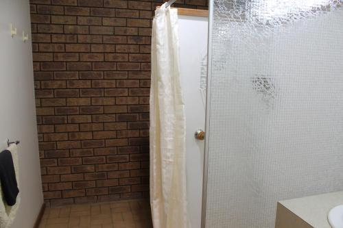 A bathroom at Dunolly Golden Triangle Motel