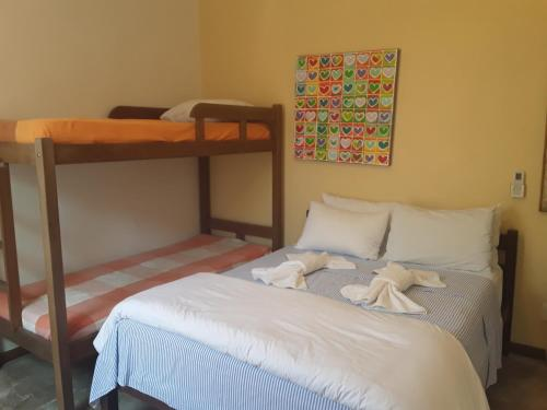 Uma ou mais camas em beliche em um quarto em Pousada Casa das Rosas