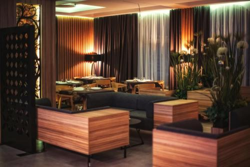 A restaurant or other place to eat at Hotel Korona Tatr