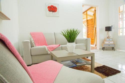A seating area at Gîte Hibiscus Destrellan