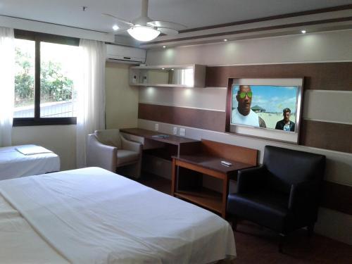 A television and/or entertainment centre at Flat em Hotel 4 estrelas Ed Alpenhaus Gramado-4 pessoas