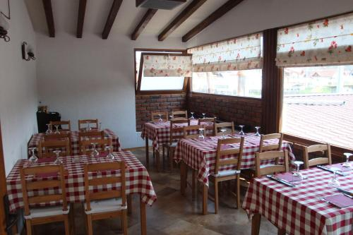 A restaurant or other place to eat at Pensiunea Mason's