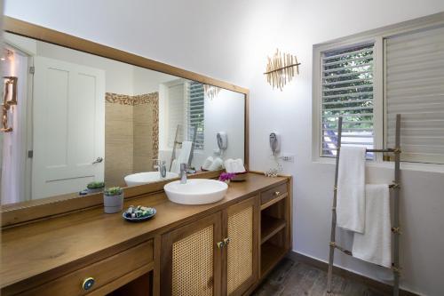 A bathroom at Punta Rucia Lodge