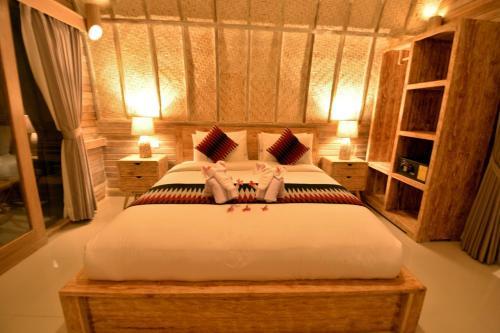 Een bed of bedden in een kamer bij Kompyang Cottage