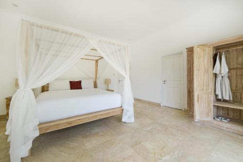 A bed or beds in a room at Villa Del Mar Canggu