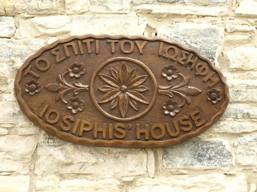 The logo or sign for the country house