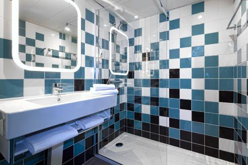 A bathroom at ibis Styles Avignon Sud