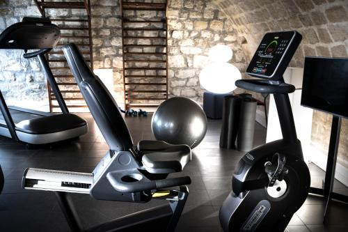The fitness center and/or fitness facilities at Hôtel Marais Hôme