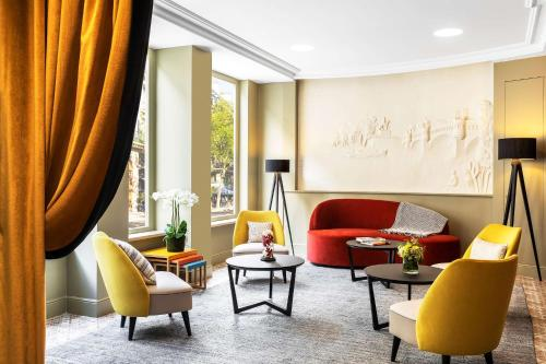 A seating area at Hotel Ducs de Bourgogne