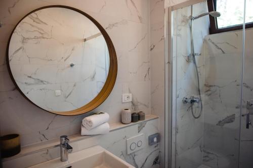 A bathroom at Gava Waterman Milna Resort – All Inclusive