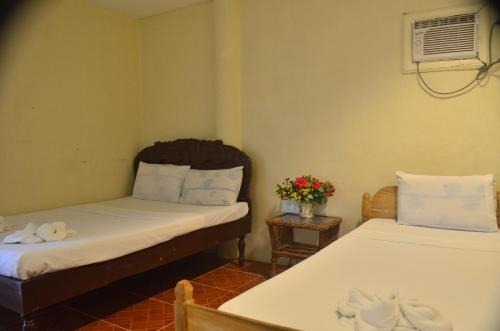 A bed or beds in a room at Sunday Flower Hotel