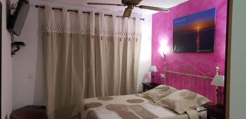Кровать или кровати в номере Hotel SAN SEBASTIAN Almuñécar
