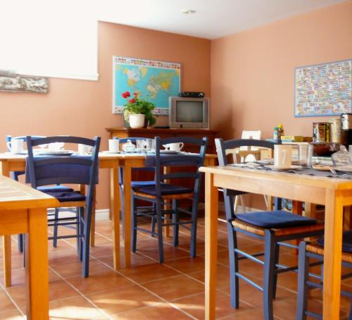 A restaurant or other place to eat at B&B La Bedondaine