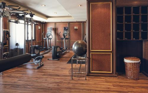 The fitness center and/or fitness facilities at Dallah Taibah Hotel