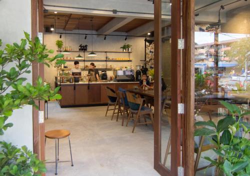 Ein Restaurant oder anderes Speiselokal in der Unterkunft TAN Hostel x Cafe