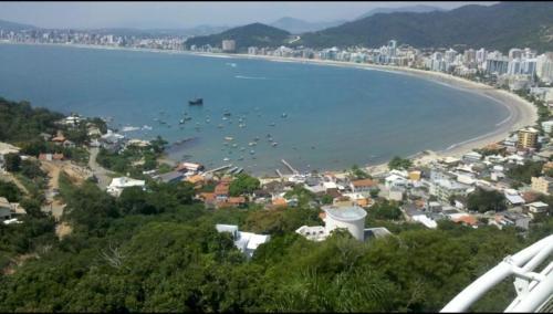 A bird's-eye view of Lindo apartamento super completo em Meia Praia, 100 metros do mar e 10 quadras do centro
