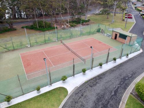 Tennis and/or squash facilities at Lakeside Cabins & Holiday Village or nearby