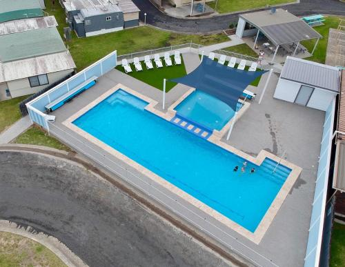 A view of the pool at Lakeside Cabins & Holiday Village or nearby
