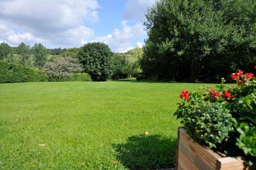 A garden outside The Colesbourne Inn