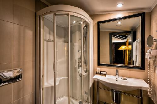 A bathroom at Maison Grecque Hotel Extraordinaire