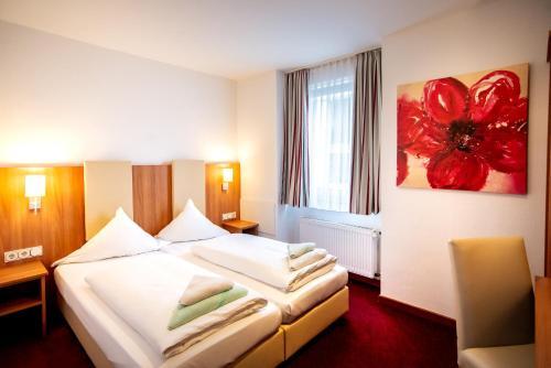 Een bed of bedden in een kamer bij Hotel Domblick Garni