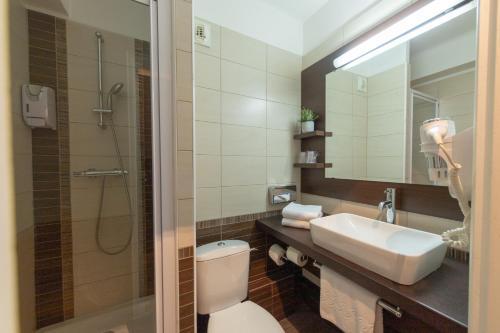 A bathroom at B&B Hotel LE HAVRE Centre Gare