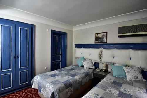 سرير أو أسرّة في غرفة في فندق سافران