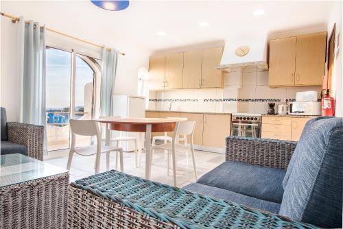 Una cocina o zona de cocina en Tonel Apartamentos Turisticos