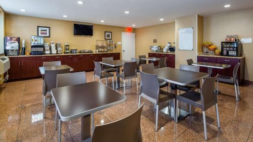 A restaurant or other place to eat at Best Western PLUS Arena Hotel