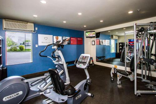 The fitness center and/or fitness facilities at Comfort Suites Kelowna