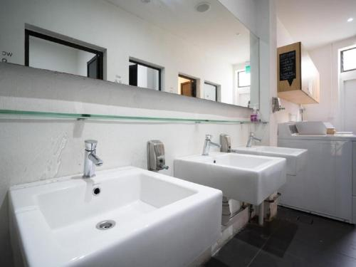 Ein Badezimmer in der Unterkunft Mori Hostel
