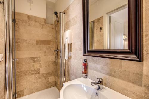 A bathroom at Hotel Domus Mea
