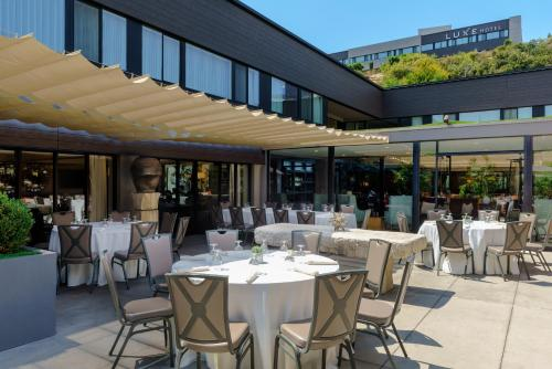 A restaurant or other place to eat at Luxe Sunset Boulevard Hotel