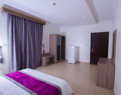 Uma TV ou centro de entretenimento em Almakan Hotel 107